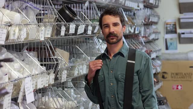 plumber in small business shop - hängslen bildbanksvideor och videomaterial från bakom kulisserna