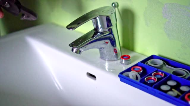 vídeos y material grabado en eventos de stock de fontanero reparando un grifo - llave herramienta de mano