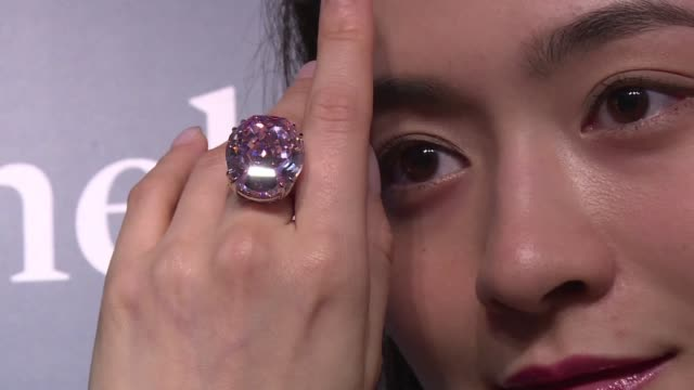 stockvideo's en b-roll-footage met a plumsized pink diamond is expected to fetch a record price somewhere above $60 million breaking the world record for a gemstone when it goes under... - recordbrekend