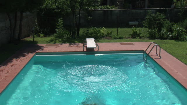 Plunge on the swimming pool (use of jib)