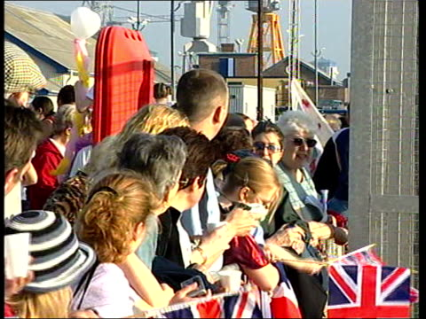 vidéos et rushes de plymouth: ext royal navy submarine hms turbulent arriving at port crowds, some with union jack flags, against barriers to welcome submarine crew on... - royal navy
