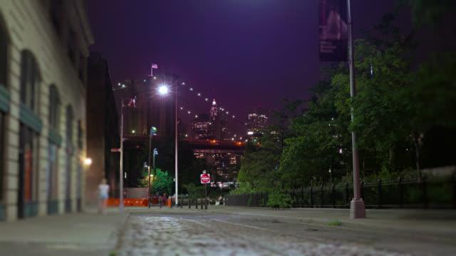 plypouth の通り、ブルックリン。マンハッタンのダウンタウン、ブルックリン橋を表示します。 - manhattan点の映像素材/bロール