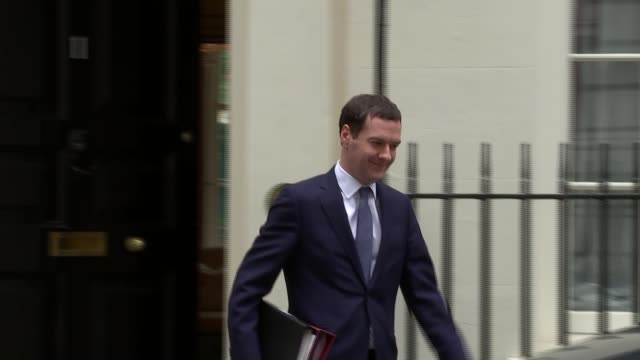 george osborne departs downing street; england: london: downing street: ext no. 11 downing street / george osborne mp leaving no. 11 downing street,... - domande al primo ministro video stock e b–roll