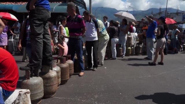 pobladores del estado venezolano de tachira bloquearon el martes vias en protesta por la falta de gasolina habitual en esa region fronteriza con... - gasolina stock videos & royalty-free footage