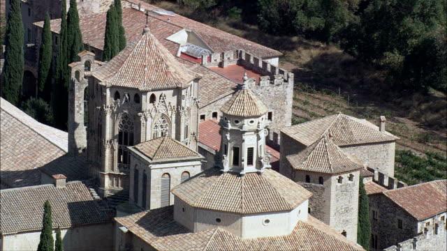 monastero di santa maria di poblet-vista aerea-catalogna, tarragona, vimbodí mi poblet, spagna - monastero video stock e b–roll