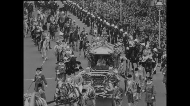 ls pocession with coach gold coach with footmen and beefeaters in full regalia followed by household cavalry qs queen and prince philip in coach /... - フットマン点の映像素材/bロール