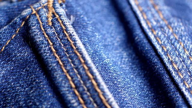 vidéos et rushes de poche de plan rapproché de pantalon de jeans - jeans texture