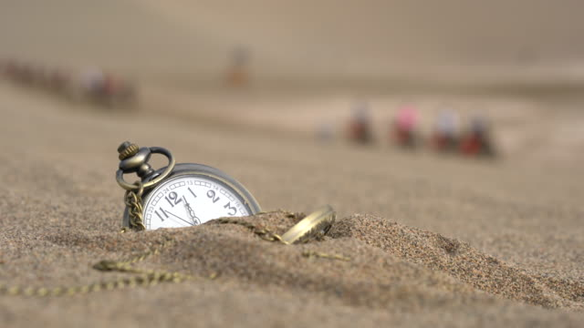 vídeos de stock e filmes b-roll de pocket watch buried on desert - enterrado
