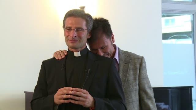 stockvideo's en b-roll-footage met poco antes de la celebración del sínodo catolico sobre la familia en el vaticano un sacerdote catolico confeso a la prensa italiana su homosexualidad... - priester