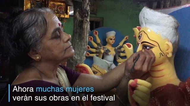 vídeos de stock, filmes e b-roll de a pocos dias del festival durga puya miles de escultores dan los toques finales a sus obras idolos creados con base a la dios durga la figura central... - deus