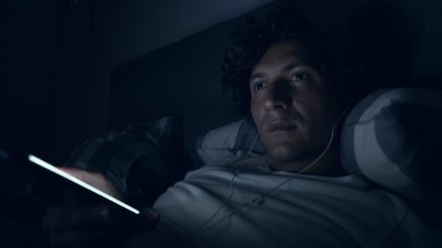 Podcasting spät in der Nacht.