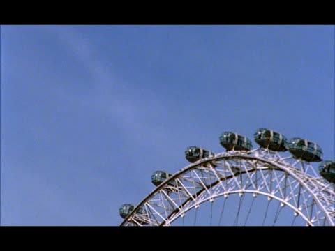 vídeos de stock e filmes b-roll de mcu pods of london eye turning against blue sky, london, england - trabalho de metal