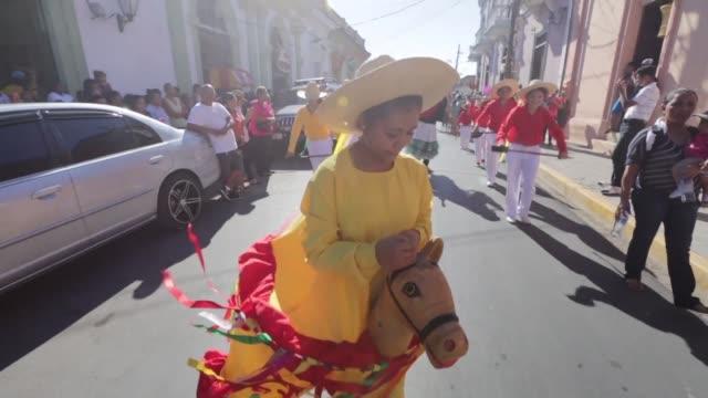 vídeos de stock e filmes b-roll de poetas de todo el mundo se reunieron en el xiii festival internacional de poesia de granada en nicaragua que reune a mas de 140 personalidades de la... - poesia literatura