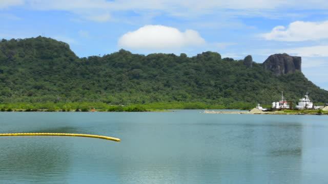 pohnpei micronesia beautiful scenic with straw hut and mountains - 草葺小屋点の映像素材/bロール