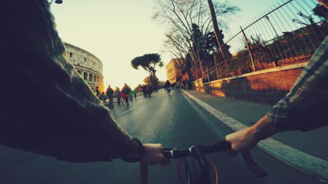 Point de vue de POV vélo par le colisée de Rome