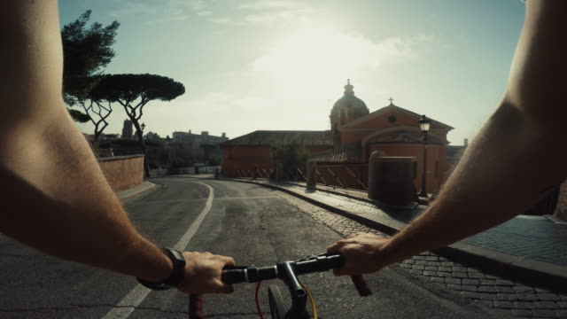 vídeos de stock, filmes e b-roll de bicicleta pov ponto de vista no centro de roma - the center