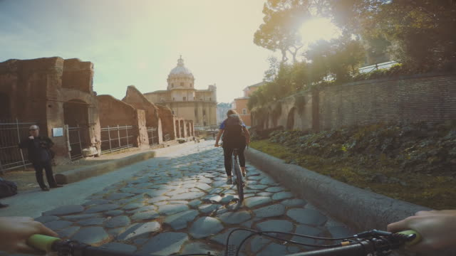 punto di vista pov bicicletta per raggiungere il forum di roma - point of view video stock e b–roll
