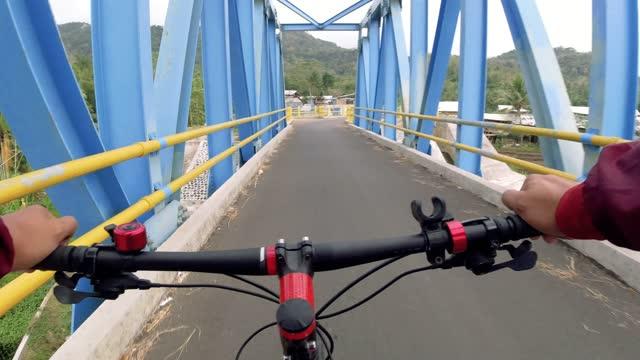 vídeos y material grabado en eventos de stock de point of view (pov) cross country mountain biking - manillar