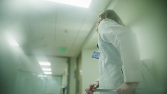point of view defocused tracking shot of patient watching doctor and nurse pushing hospital gurney / salt lake city, utah, united states - krankenhaus rollbett stock-videos und b-roll-filmmaterial