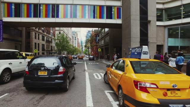 sicht der autofahren in new york city - autoperspektive stock-videos und b-roll-filmmaterial