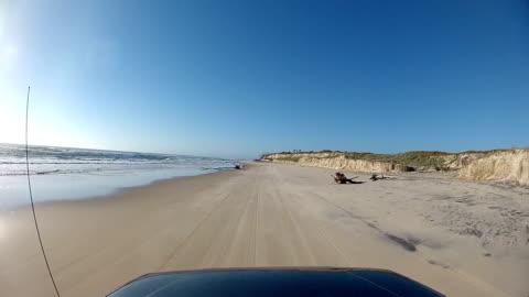 vidéos et rushes de point de vue conduite sur l'île fraser, australie - chemin de terre