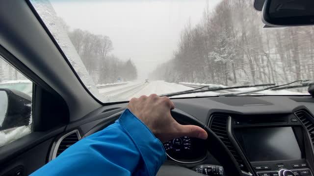 vidéos et rushes de point de vue conduisant sur l'autoroute en hiver, montagnes des laurentides, québec, canada - froid