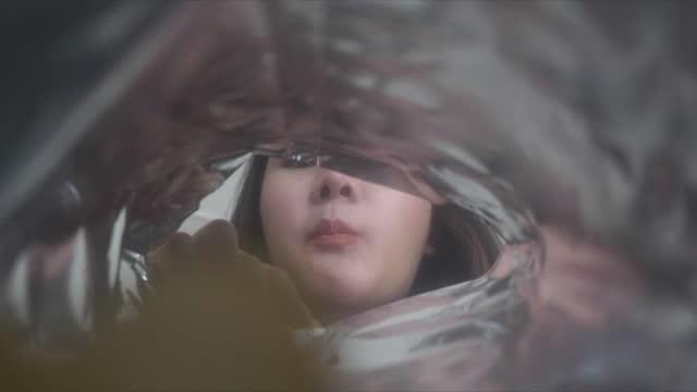 synvinkel från camera inside påse med chips, är en kvinna äter en potatis. - bag bildbanksvideor och videomaterial från bakom kulisserna