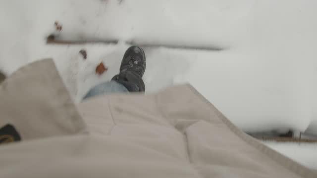 vidéos et rushes de mâle de point de vue regardant vers le bas la marche froide de neige d'hiver - regarder vers le bas