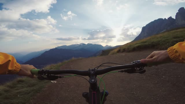 point of view pov mountainbike dolomiten - alles hinter sich lassen stock-videos und b-roll-filmmaterial