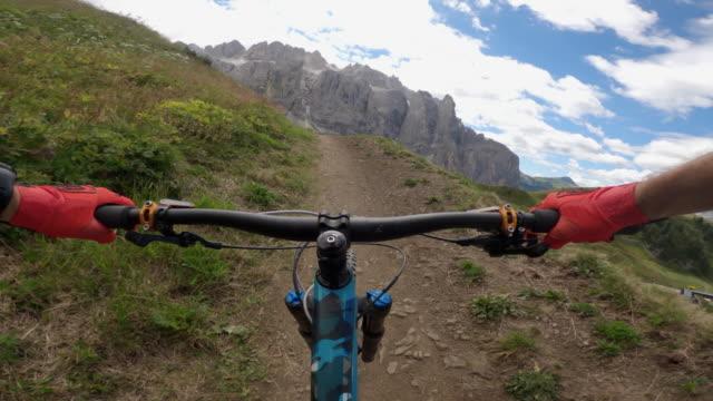 vidéos et rushes de point de vue pov vtt sur les dolomites: dans le parc à vélos - vtt