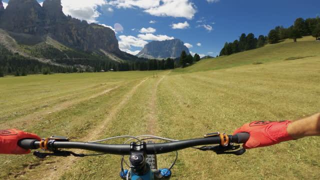 vidéos et rushes de point de vue pov vtt sur les dolomites: sport de plein air - vtt