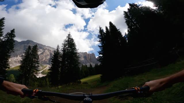 ドロミテの視点povマウンテンバイク:アウトドアスポーツ - サイクリングロード点の映像素材/bロール
