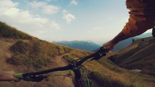 punto di vista pov mountainbike corsa veloce discesa - andare in mountain bike video stock e b–roll