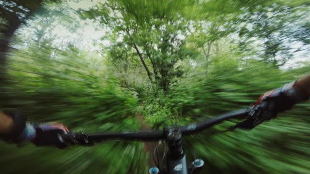 perspektive pov mountain bike world championships schnelles laufen im wald - mountainbike stock-videos und b-roll-filmmaterial