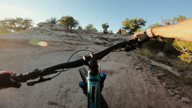standpunkt pov mountainbike in moab: absturz in hartem teil - moab utah stock-videos und b-roll-filmmaterial