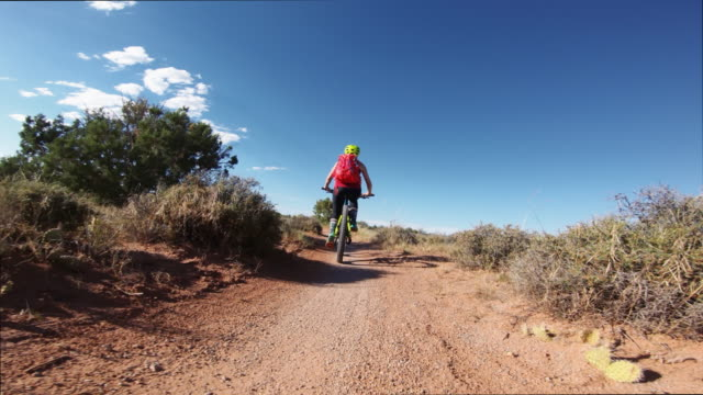 standpunkt pov mountainbike in moab, utah - moab utah stock-videos und b-roll-filmmaterial