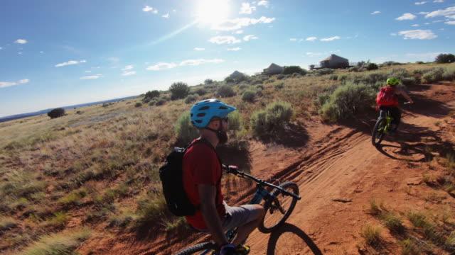 ビュービュー pov マウンテンバイク (ユタ州モアブ) - 田舎道点の映像素材/bロール