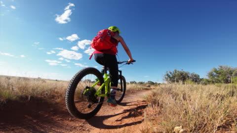 vídeos y material grabado en eventos de stock de punto de vista pov mountainbike en moab, utah - carretera de tierra
