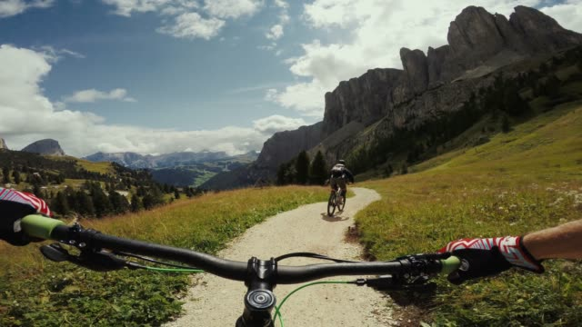 point of view pov mountainbike on the dolomites - strada in terra battuta video stock e b–roll
