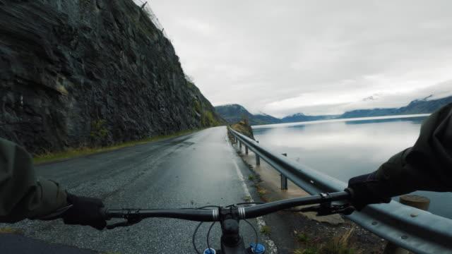 vídeos de stock, filmes e b-roll de ponto de vista pov mtb mountainbike por um fiorde na noruega - mountain bike bicicleta
