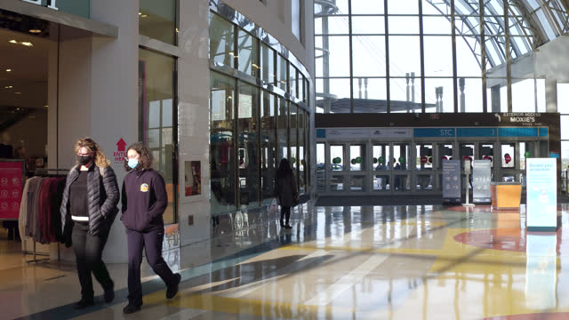 vídeos de stock, filmes e b-roll de point of view of a corridor in the area of the cineplex theater in scarborough town centre seen on november 7, 2020; in toronto, ontario, canada. the... - ponto turístico local