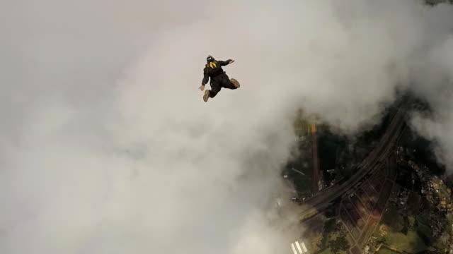 vidéos et rushes de point of view of a skydiving instructor - caméra portable