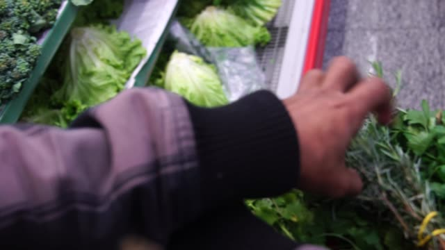 スーパーで野菜を買う顧客の視点 - casual clothing点の映像素材/bロール