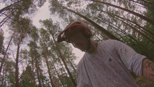 point of view of downhill riders with mountainbikes in a pine forest in änggårdsbergen in gothenburg - mountain bike stock videos & royalty-free footage