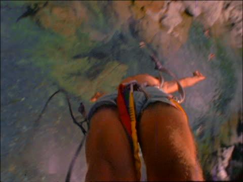 vídeos y material grabado en eventos de stock de point of view of man bungee jumping over water - puenting