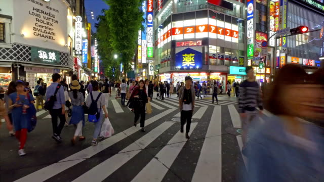 vidéos et rushes de point of view of people crossing the street in shinjuku, tokyo - carrefour