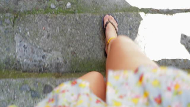 手順を歩いて女性の視点 - steps and staircases点の映像素材/bロール