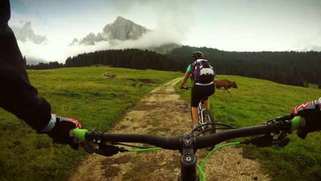 Point de vue de pédaler de mountainbike avec fille
