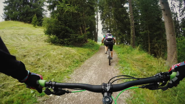 punto di vista in mountainbike ragazza con marcia - andare in mountain bike video stock e b–roll