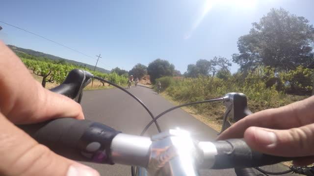 vídeos y material grabado en eventos de stock de a point of view perspective of a cycling trip in a rural area of northern california. - manillar